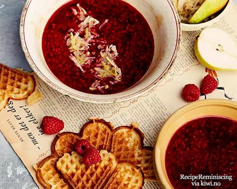 Varm bringebærsuppe med pæresalat og vafler_page